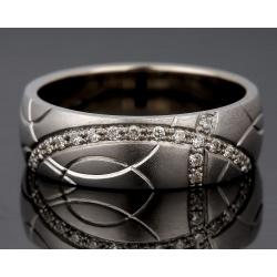 Изящное кольцо с бриллиантами