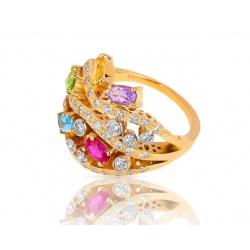 Яркое золотое кольцо с бриллиантами и цветными камнями