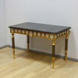 Антикварный столик с медальонами