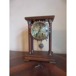 Винтажные часы на колоннах