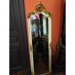 Зеркало в белой раме с позолотой
