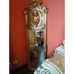Зеркало с барельефом девушки
