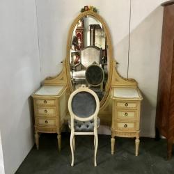 Столик со стулом для макияжа