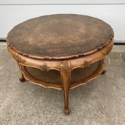 Антикварный столик в стиле Рококо⠀⠀⠀⠀