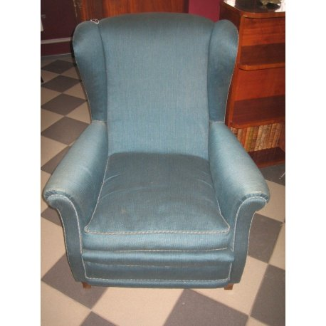 Это кресло мы привезли из Европы, находится этот предмет старины в антикварном магазине №3