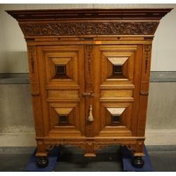 Шикарный шкаф с резьбой
