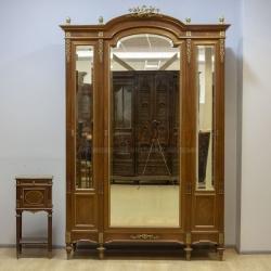 Антикварный платяной шкаф