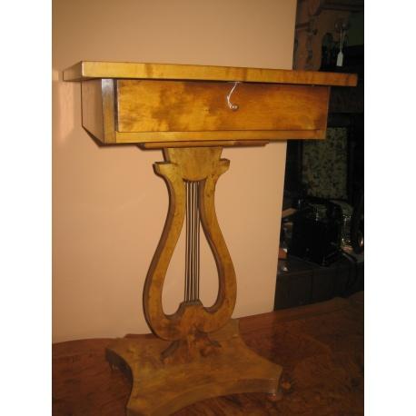 Столик для рукоделия из тополя