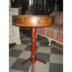 Круглый стол из красного дерева