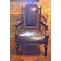 Антикварное кожаное кресло с тиснением
