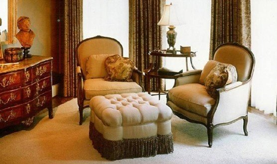 Уютная антикварная спальня с пуфиком и винтажным комодом
