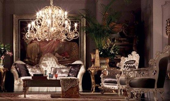 Большая гостиная с антикварной хрустальной люстрой
