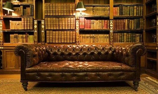 Большой кожаный диван Честерфилд для кабинета